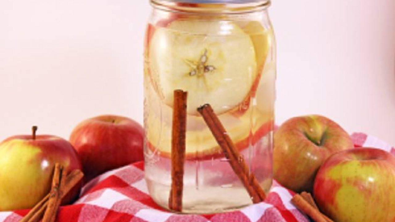 Perpaduan yang khas dan segar dari infused water kayu manis dan apel